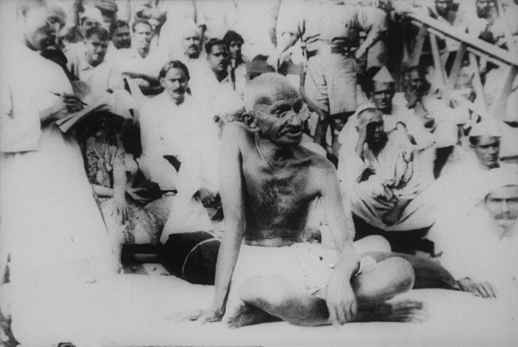 1024px-Gandhi_in_Bihar_after_the_1934_Nepal–Bihar_earthquake scanned by Yan wikipedia